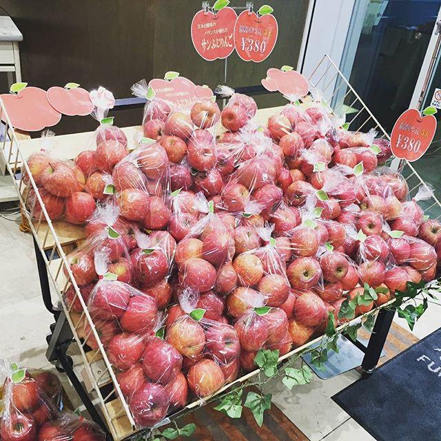 """★お知らせ★今日から2月23日(金)までの5日間、JR福島駅西口にあるコラッセふくしま1 階""""福島県観光物産館""""にて、菱沼農園のりんごと加工品を販売していますりんごはサンふじがなんと5玉で¥380と、とってもお求め易くなっております!他にもおなじみの『のむもも』や、農園で採れた桃とりんごの果汁を100%使用した『ゼリー』の販売も行っていますゼリーはご試食も可能でございます福島県観光物産館は、昨年12月16日にリニューアルオープンしたばかりの、今話題のスポットです!館内には他にもたくさんの、県内特産品が並んでいます(*^_^*)是非ともこの機会に福島県観光物産館へ足を運んでみてはいかがでしょうか#菱沼農園#コラッセふくしま#福島県観光物産館#リニューアル#サンふじ#りんご#桃#のむもも#ジュース#ゼリー#JR福島駅#西口"""