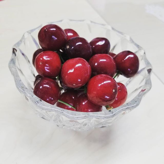 ★収穫★これはアメリカンチェリー…ではなく、『紅さやか』という品種のさくらんぼですこの紅さやかは、最初は赤い実が、熟すとだんだんと写真のように紫黒色に変化するのが特徴です♪生産量が少ない品種のため、菱沼農園では直売所でのお取り扱いのみとなっておりますが、甘味と酸味の両方を味わえる隠れた名品です(〃´▽`) 佐藤錦の収穫まで、あと10日ほどを見込んでおります!多くのお客様よりたくさんのご注文をいただき、心より感謝申し上げますお届けまでもうしばらくお待ちください~★ #さくらんぼ#紅さやか#佐藤錦#チェリー#cherry#6月#June#梅雨#福島#菱沼農園